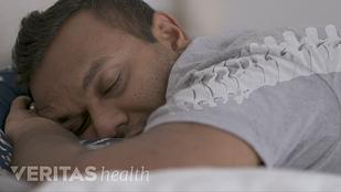 图像显示一个人睡觉在他的身边脊椎位置