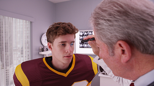 Ddoctor checking a patients eyes for a concussion