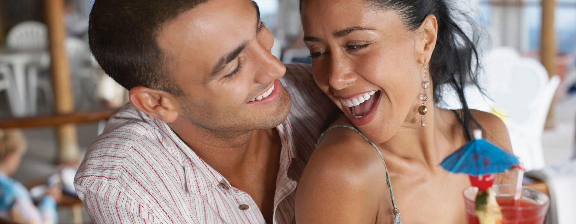 Casal adulto se divertindo em um bar