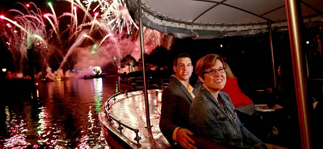 Pareja observando fuegos artificiales a bordo de un bote privado de Walt Dinsey World Resort en Orlando, Florida.