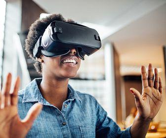 Jovem mulher com um fone de ouvido da realidade virtual