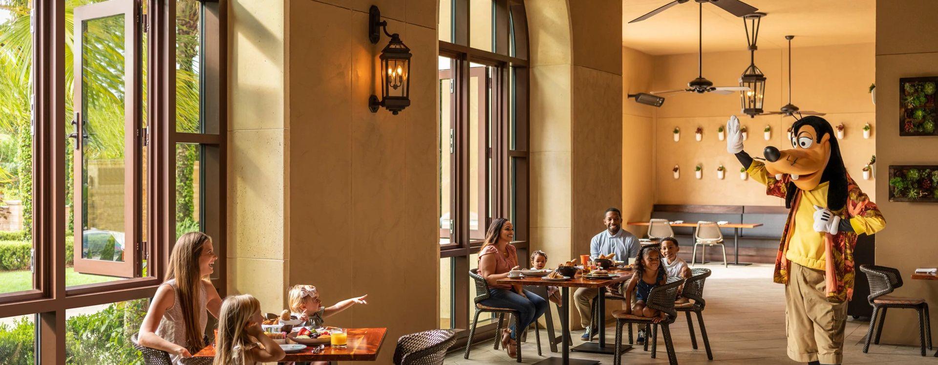 Pateta e uma família em Ravello, no Four Seasons Resort Orlando do Walt Disney World®