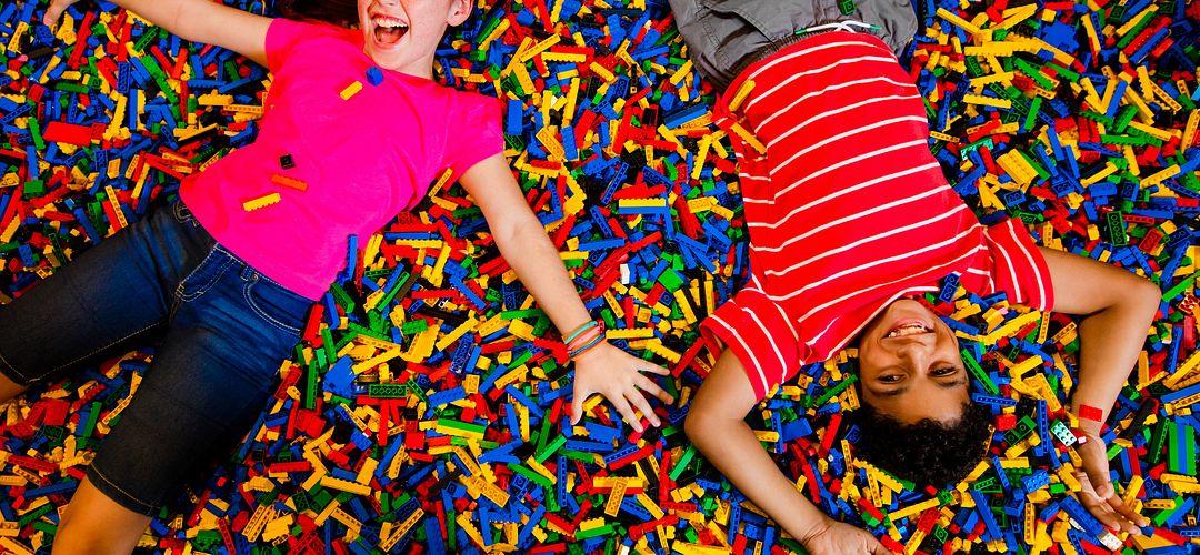 Crianças brincando com Legos.