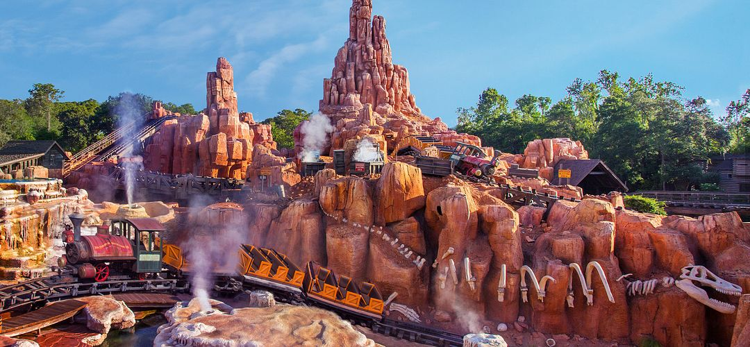 Invitado montando la montaña Big Thunder en Magic Kingdom en Walt Disney World