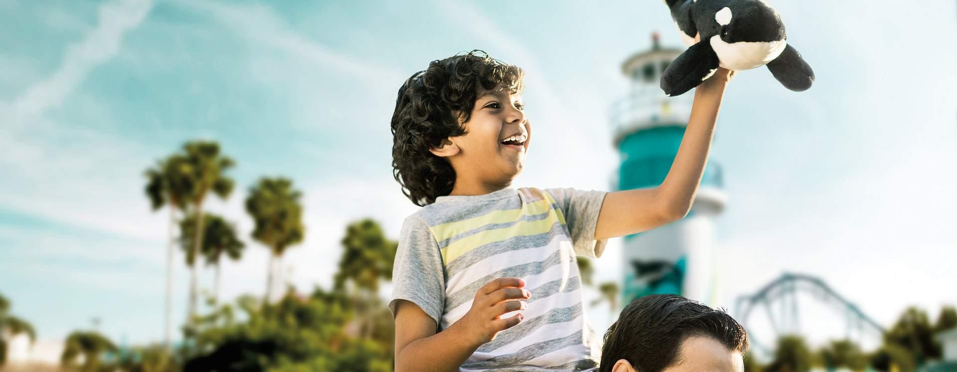 Criança brincando com um brinquedo da Shamu no SeaWorld Orlando