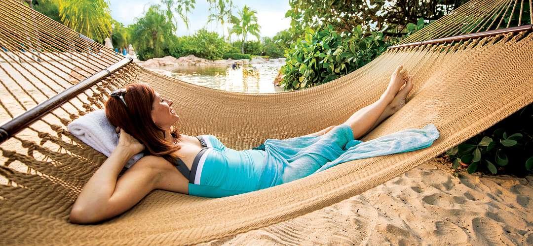 Mulher relaxando em uma rede no Discovery Cove