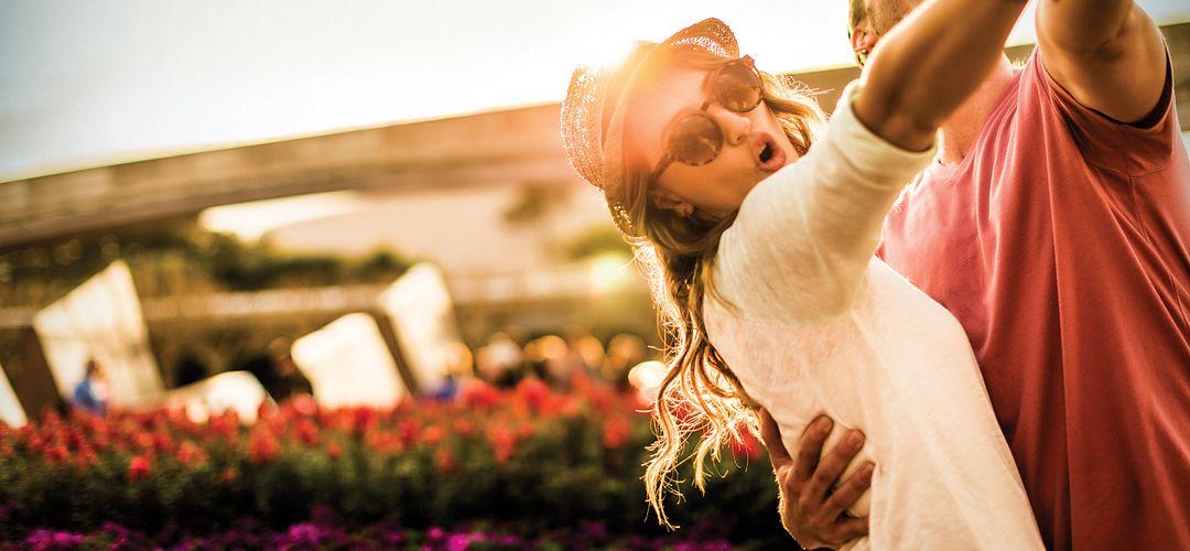 Casal dança em Epcot ao entardecer em Orlando, Florida.