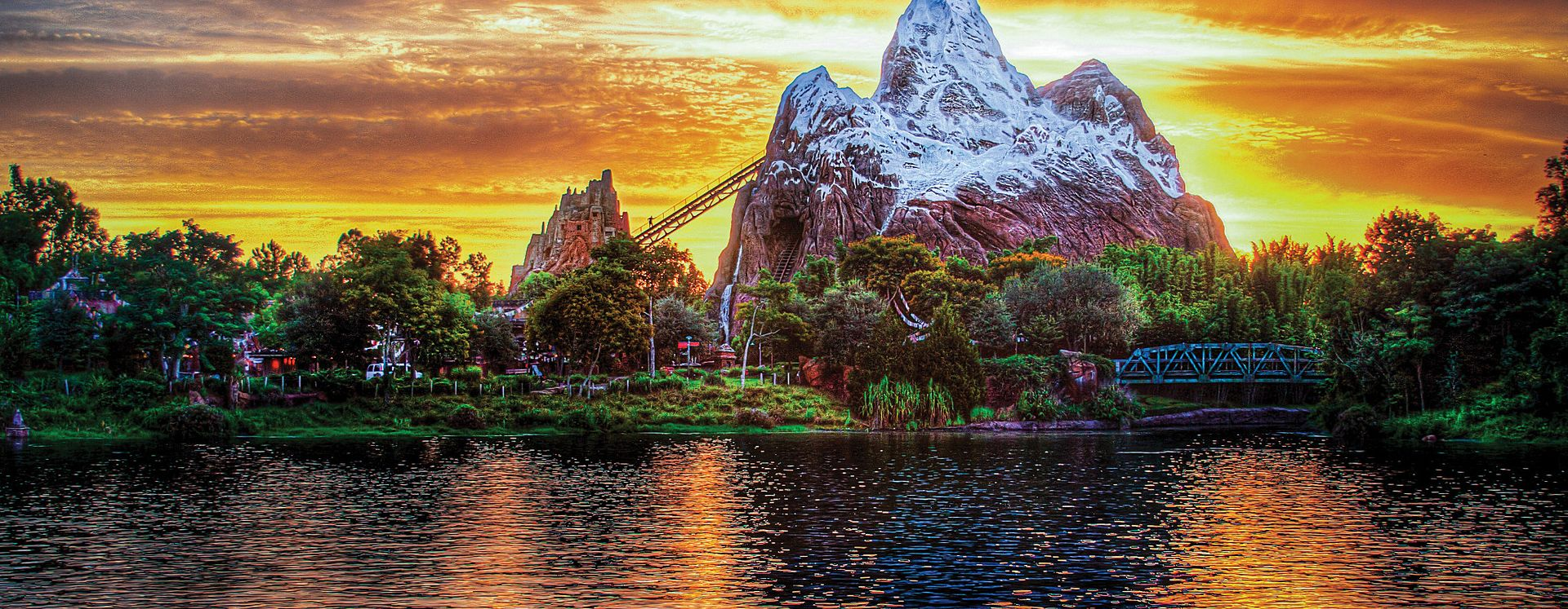Vista al lago de Expedition Everest en Animal Kingdom en Walt Disney World Resort en Orlando, Florida