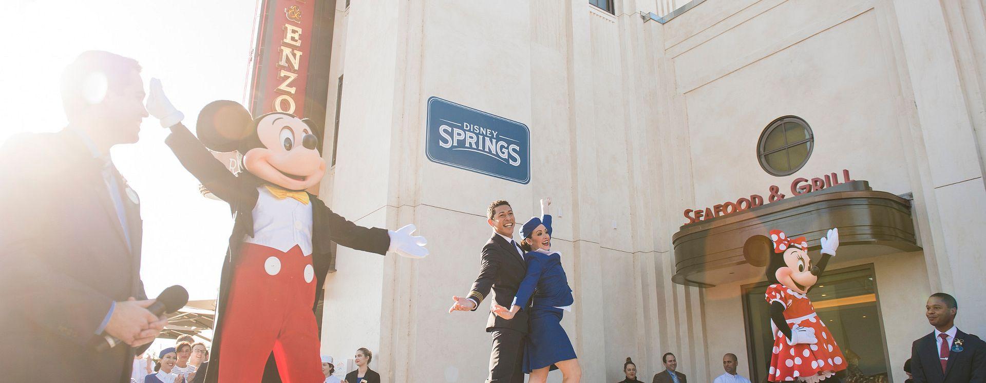 Mickey e Minnie Mouse no palco para a inauguração do Maria and Enzo's Ristorante
