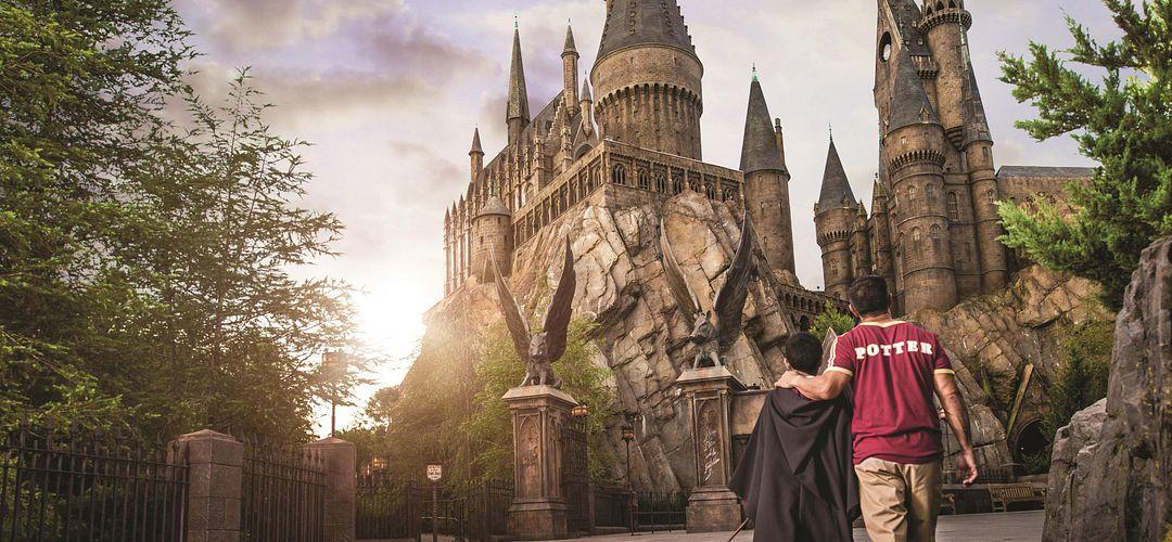 Pai e filho caminhando para a atração de Harry Potter em Islands of Adventure