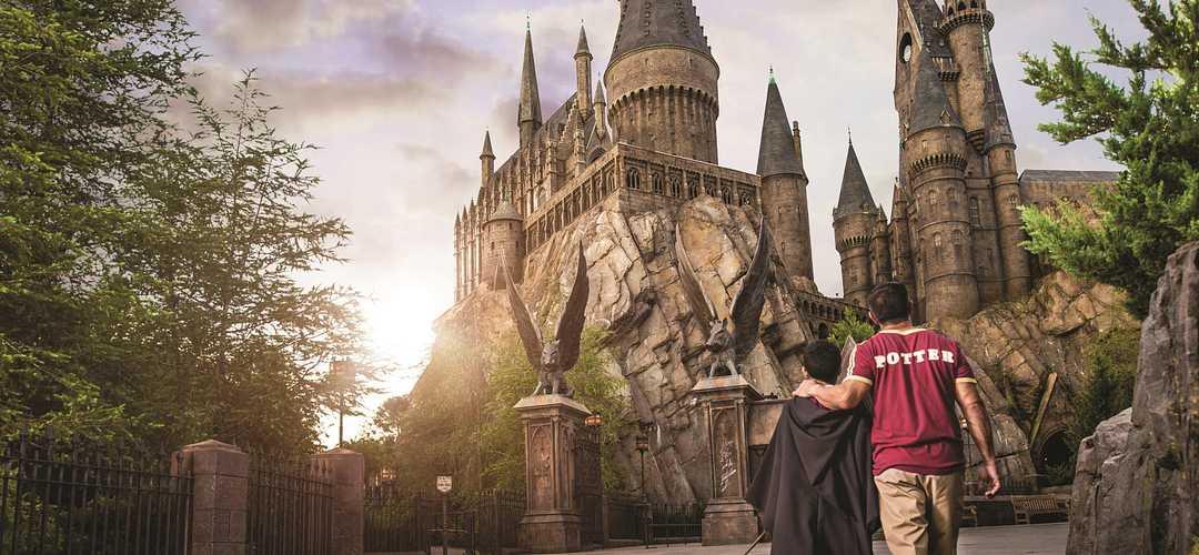 Papá e hijo caminando hacia la atracción de Harry Potter en Islands of Adventure
