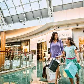 c115973e955 Mujeres comprando en un centro comercial de Orlando