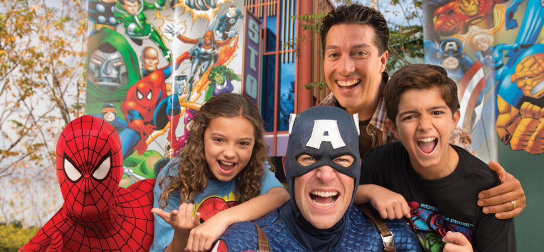 Captain America y Spiderman posando para una foto con la familia