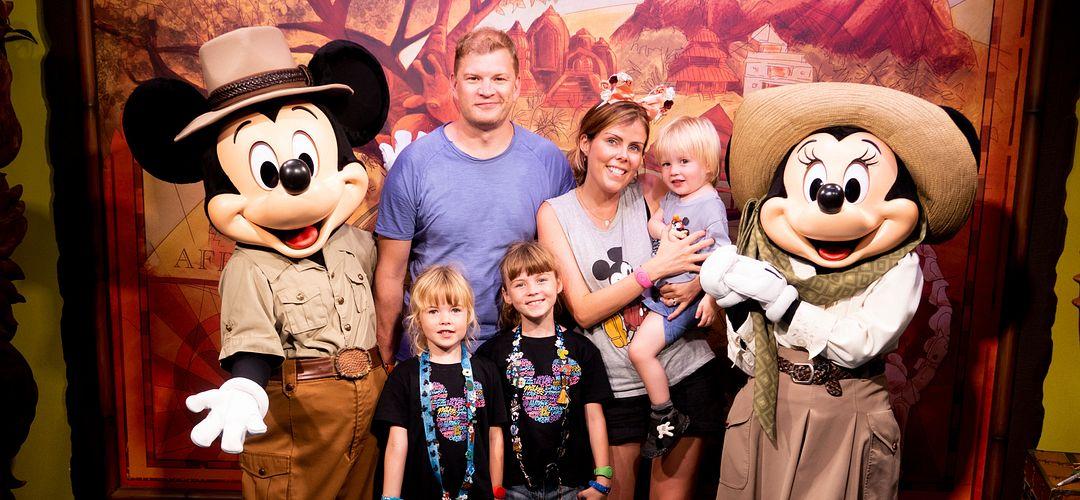 Katie Ellison y familia en Animal Kingdom