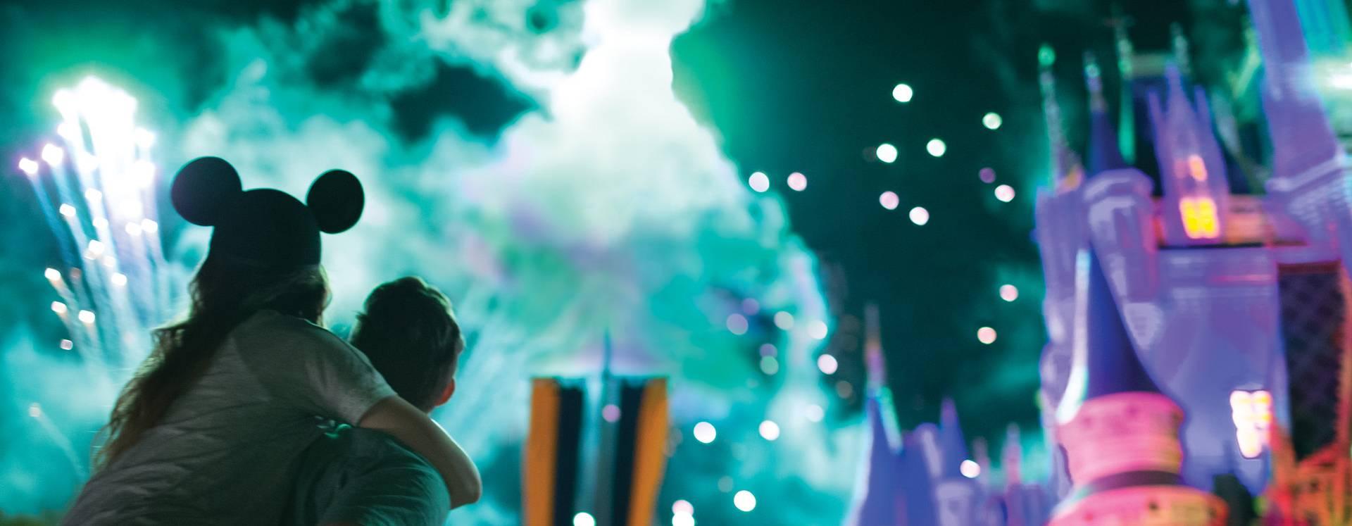 Visitantes assistindo ao espetacular show de fogos de artifício acima do Cinderella's Castle no Walt Disney World Resort