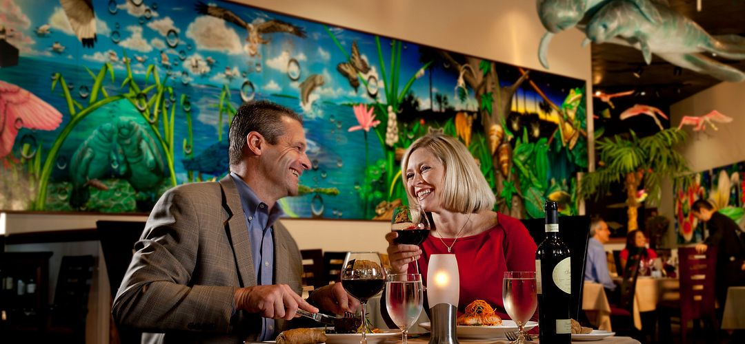 Casal jantando no restaurante do Rosen Centre Hotel, Everglades Restaurant