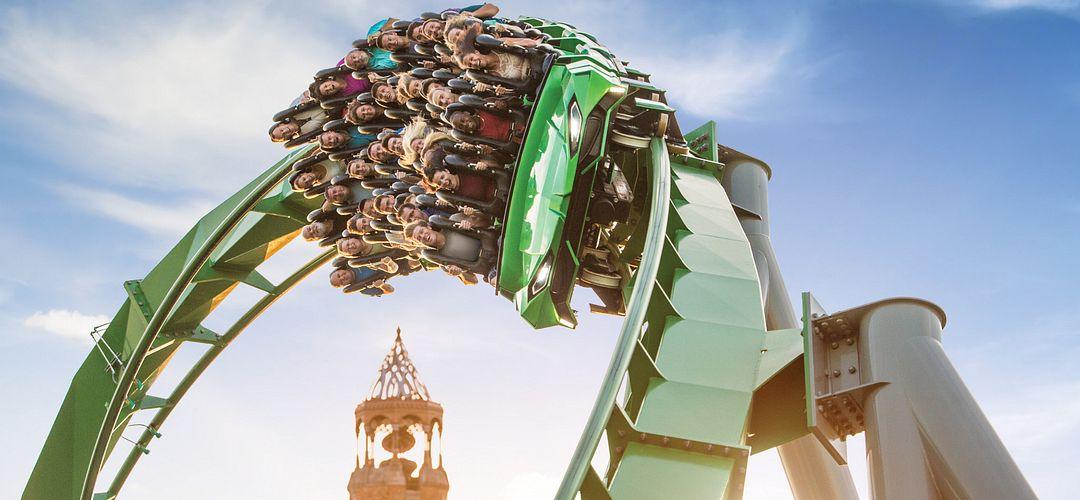 la montaña rusa The Incredible Hulk Coaster® voltendo con los pasajeros gritando de la emoción