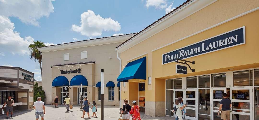Lojas e estacionamento no Orlando Vineland Premium Outlets