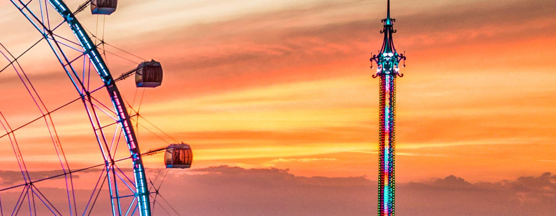 Vista da roda-gigante e do StarFlyer na I-Drive durante o pôr do sol.