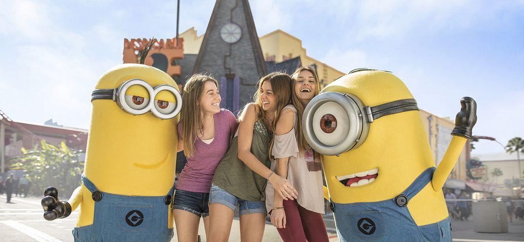 Tres amigos posando con dos Minions en Universal Studios Florida