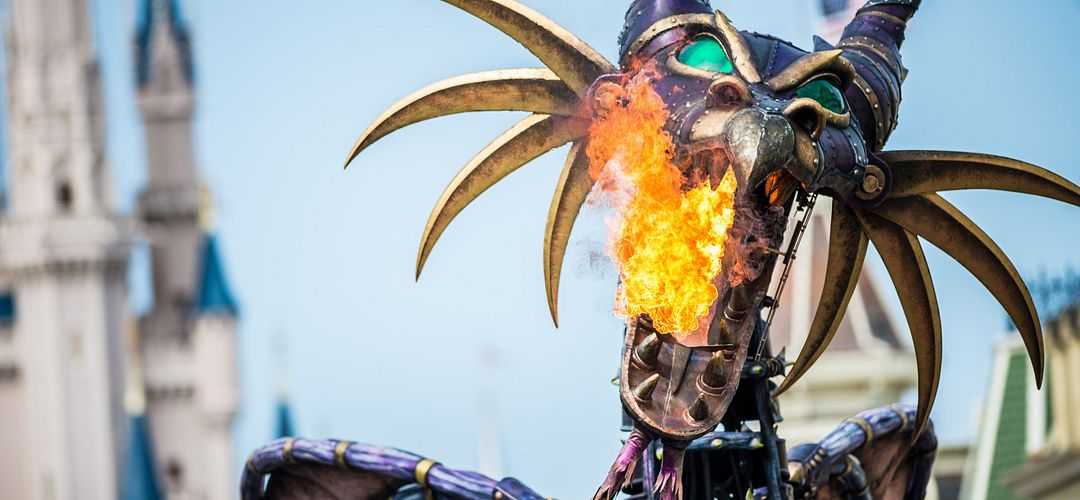 Dragón de Maleficent que arroja fuego en el Festival of Fantasy Parade.