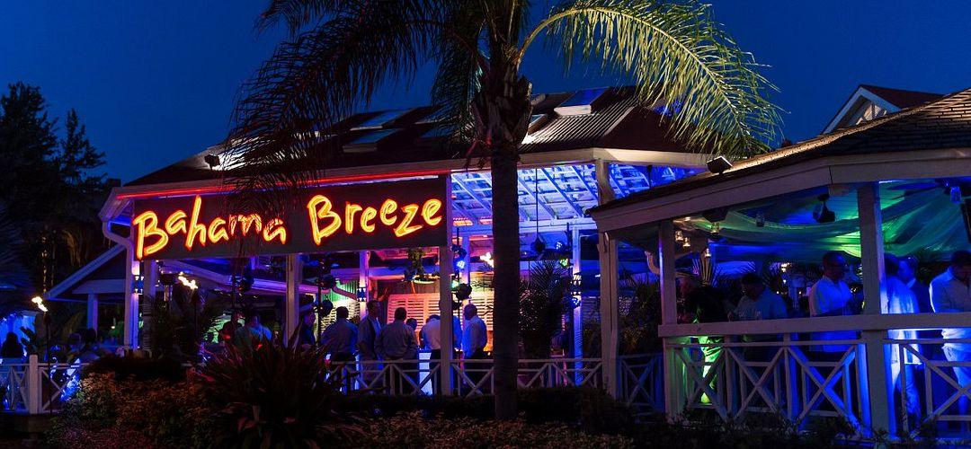 Patio del Bahama Breeze por la noche