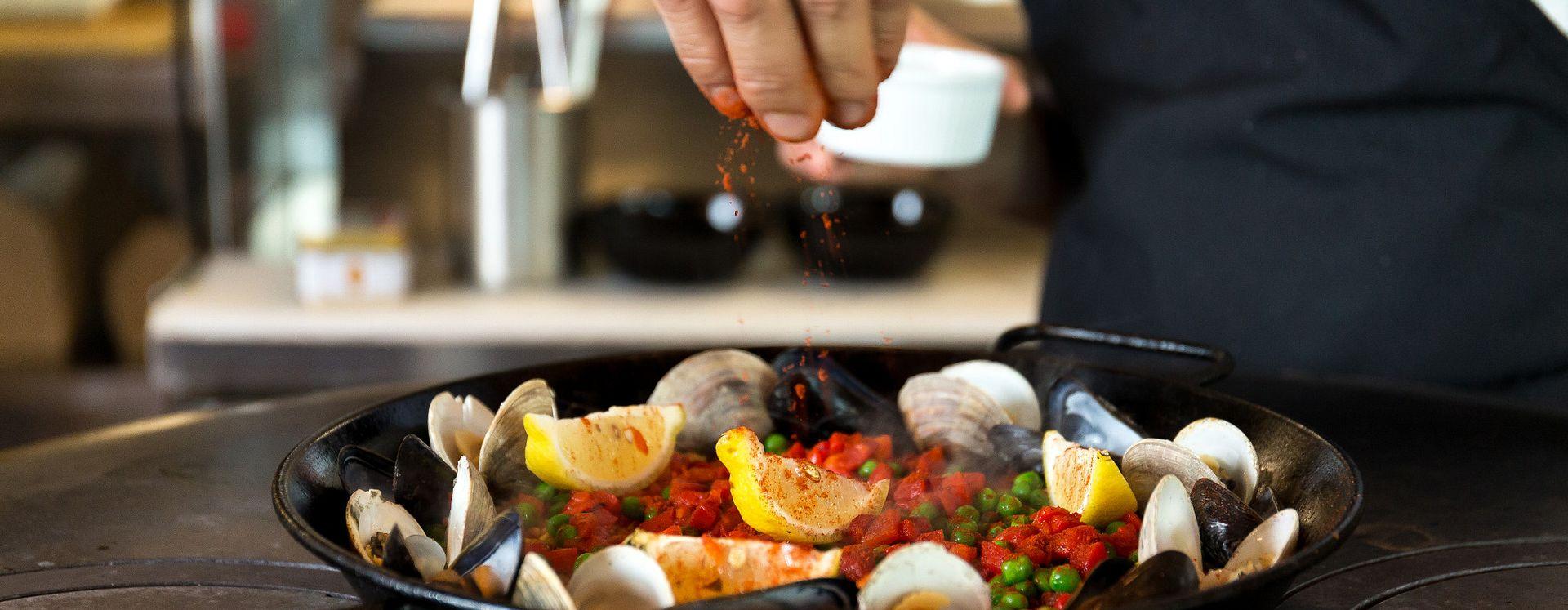 Un chef cocinando en Tapa Toro Tapas Bar & Paella Pit ICON Orlando 360