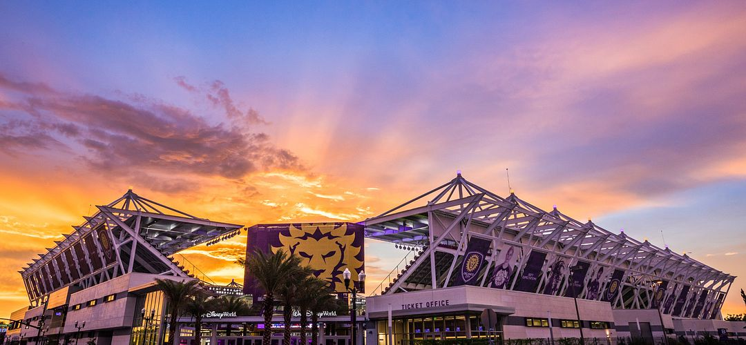Pôr do sol atrás da entrada do estádio Orlando City Soccer Club