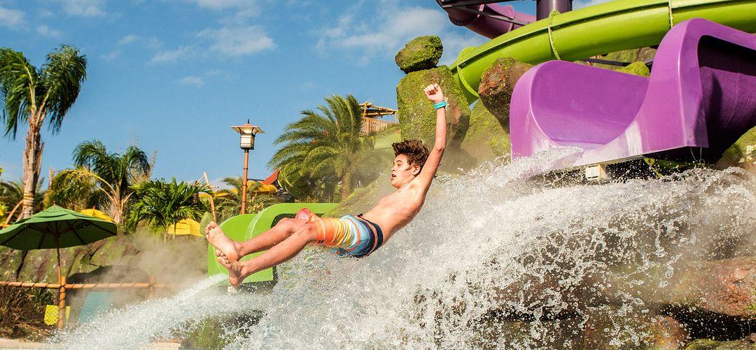 Un niño zambulléndose en una piscina desde el tobogán de agua Ohno Ohyah