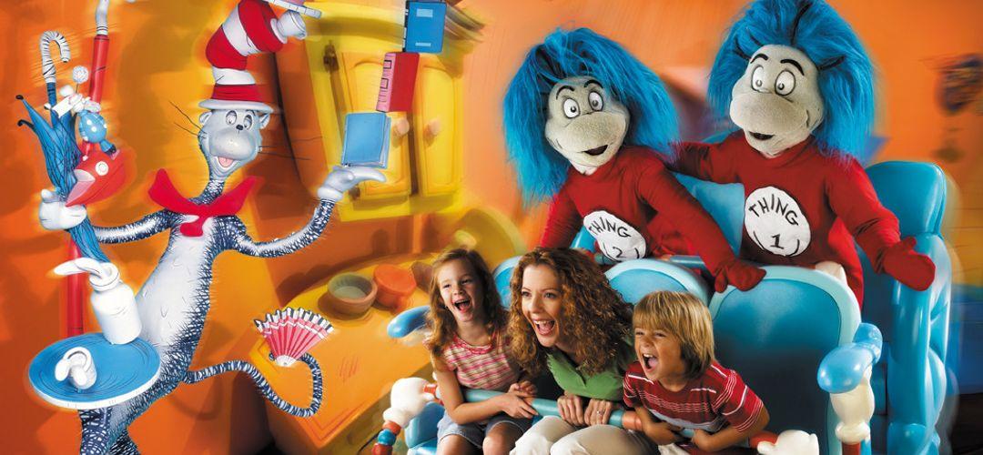 Thing 1 y Thing 2 entreteniendo junto con the Cat in the Hat a una madre y sus hijos en la atracción de The Cat in the Hat™ en Islands of Adventure