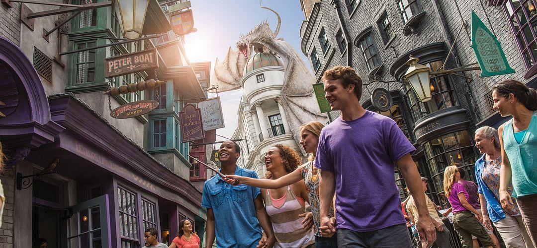 Grupo de amigos, sorrindo, de mãos dadas, indo para o Hogwarts Castle em Hogsmeade no Universal's Islands of Adventure.