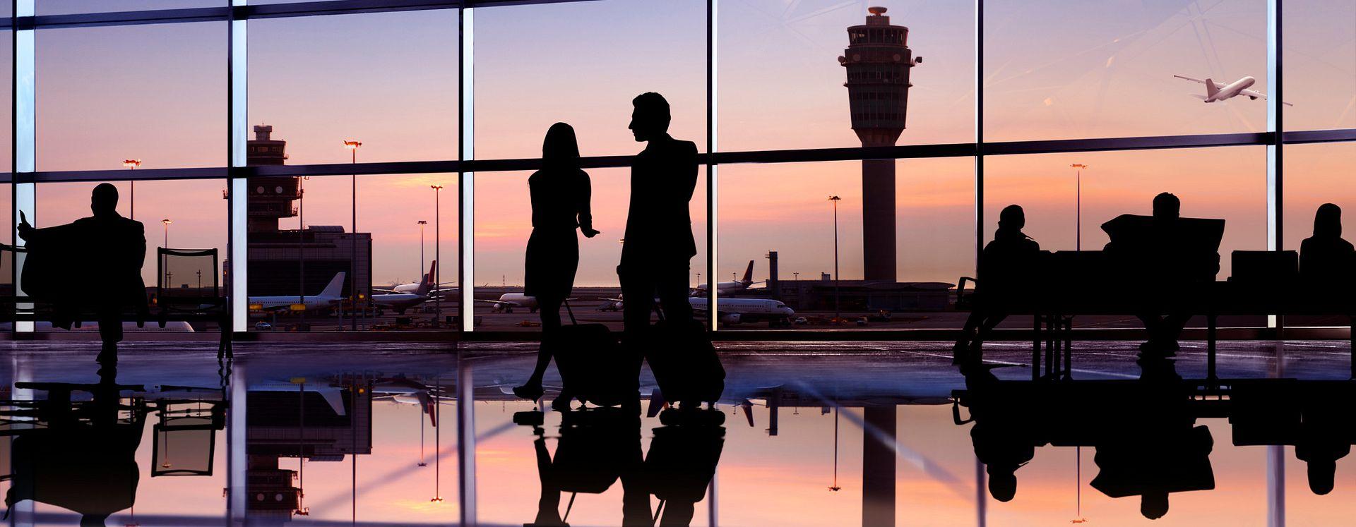 Viajantes dentro do Aeroporto Internacional de Orlando