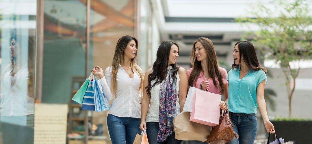 Un grupo de mujeres comprando en los outlets cerca de International Drive.