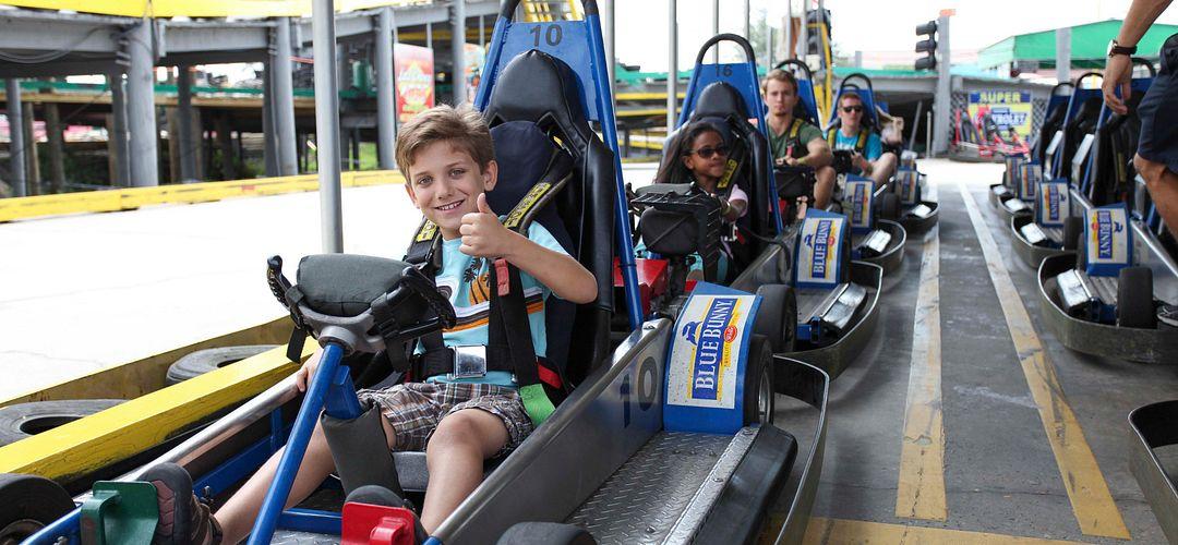 Criança em um carrinho do Fun Spot America Orlando.
