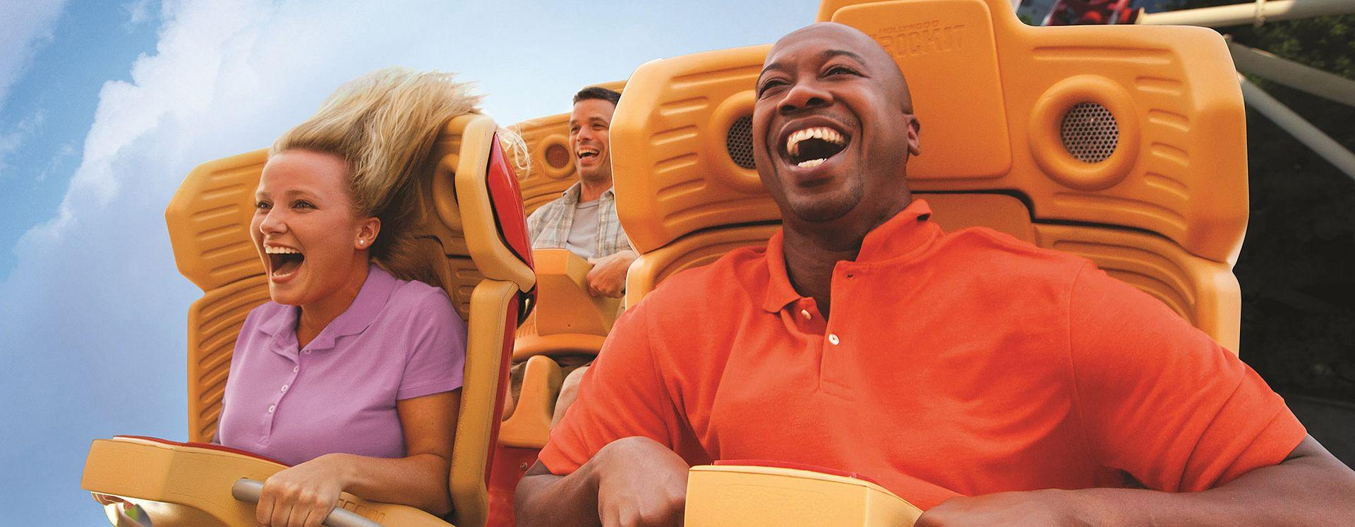 Hombres y mujer gritando en Rollercoaster en Universal Studios Florida