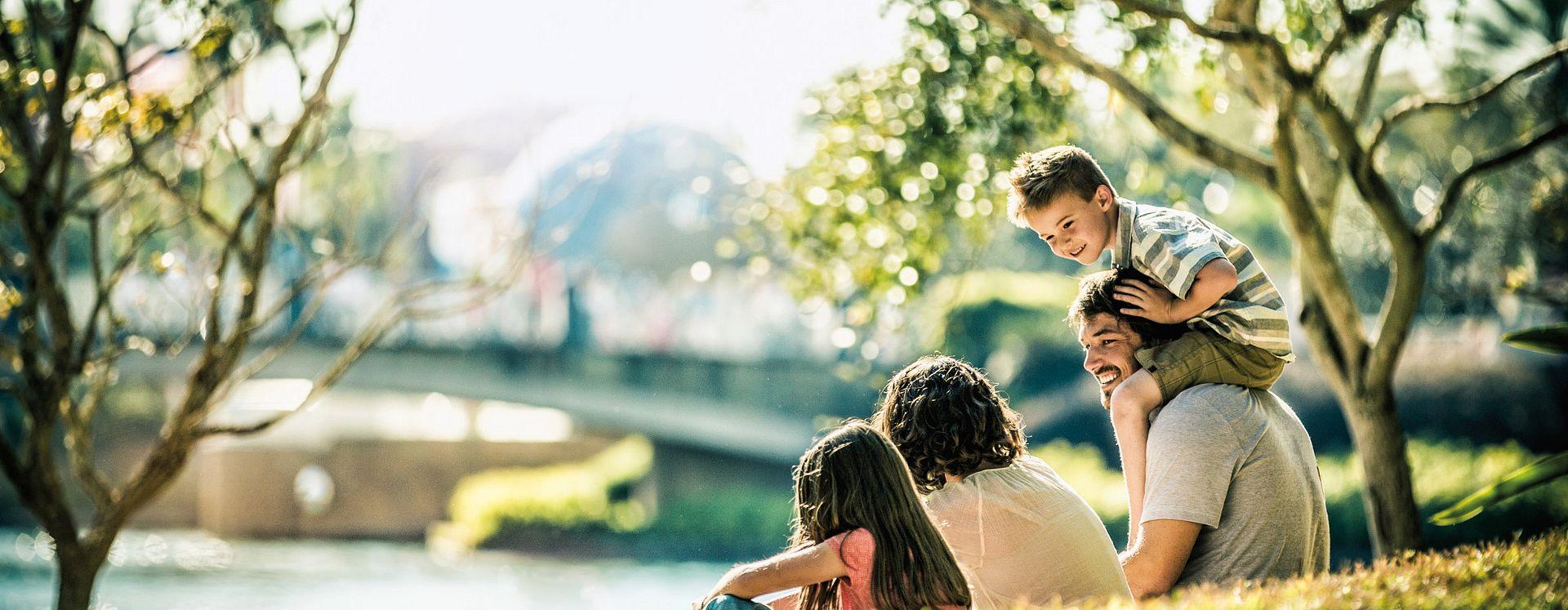 Familia divirtiendose en el parque