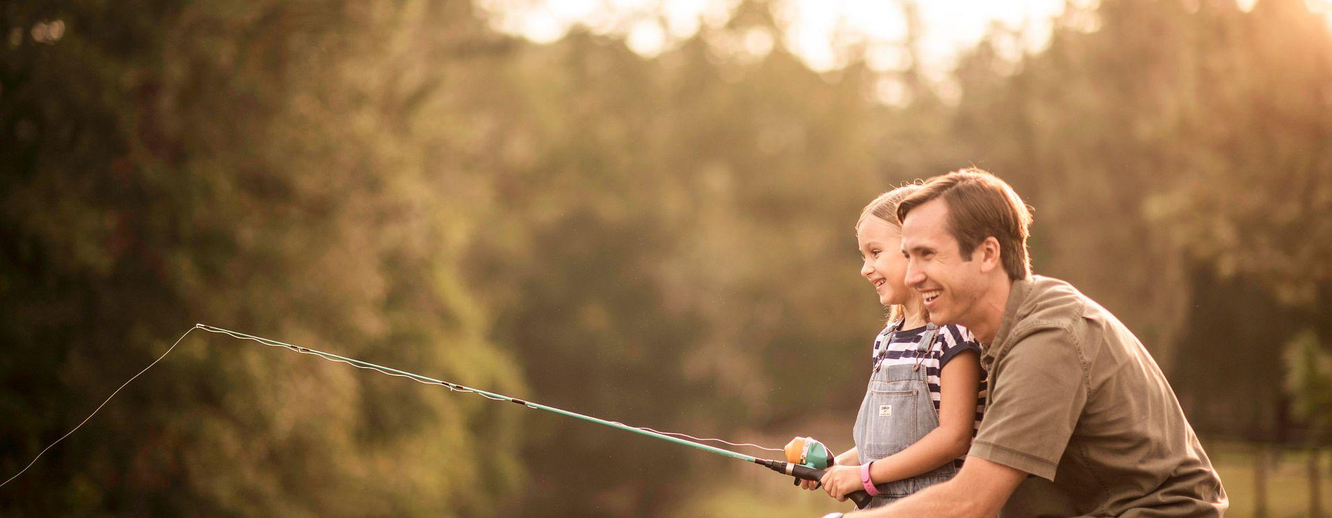 Padre e hija pescando juntos en Walt Disney World Resort