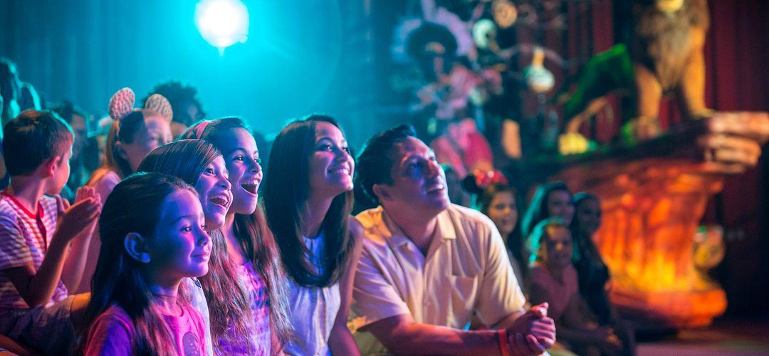 Familia viendo el Festival of the Lion King en Animal Kingdom en Orlando, FL