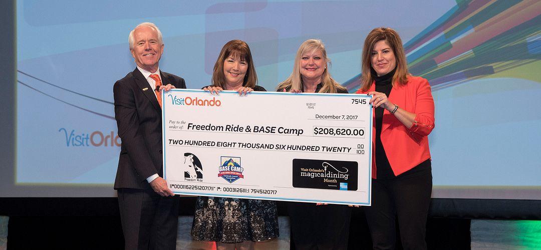 Ejecutivos de Visit Orlando entregando una donacion a la fundacion Freedom Ride & BASE Camp en el Magical dining