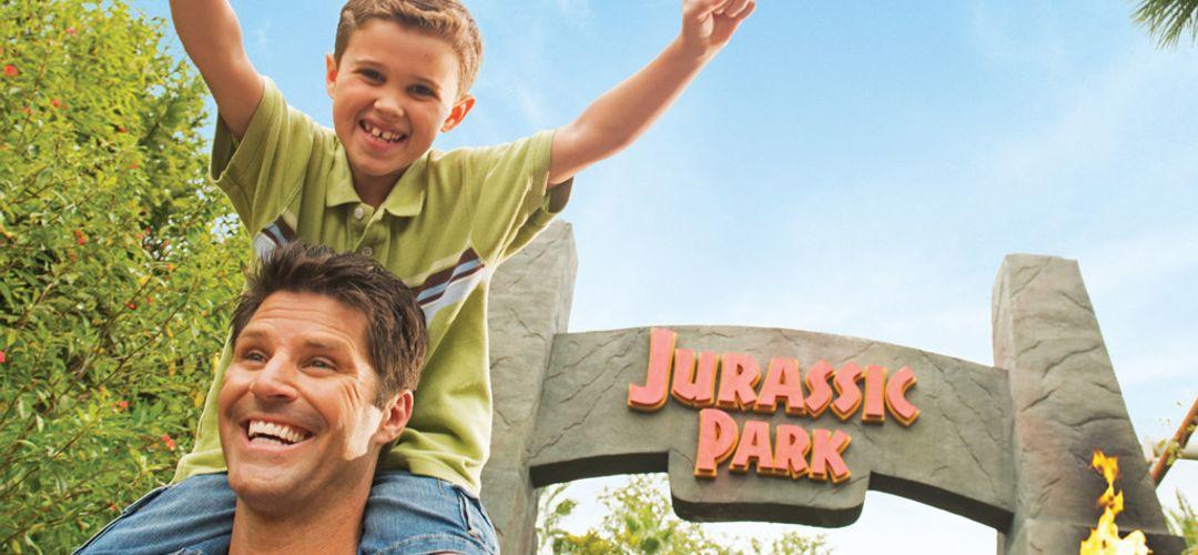 niño emocionado montado en los hombros de su papá en Islands of Adventure