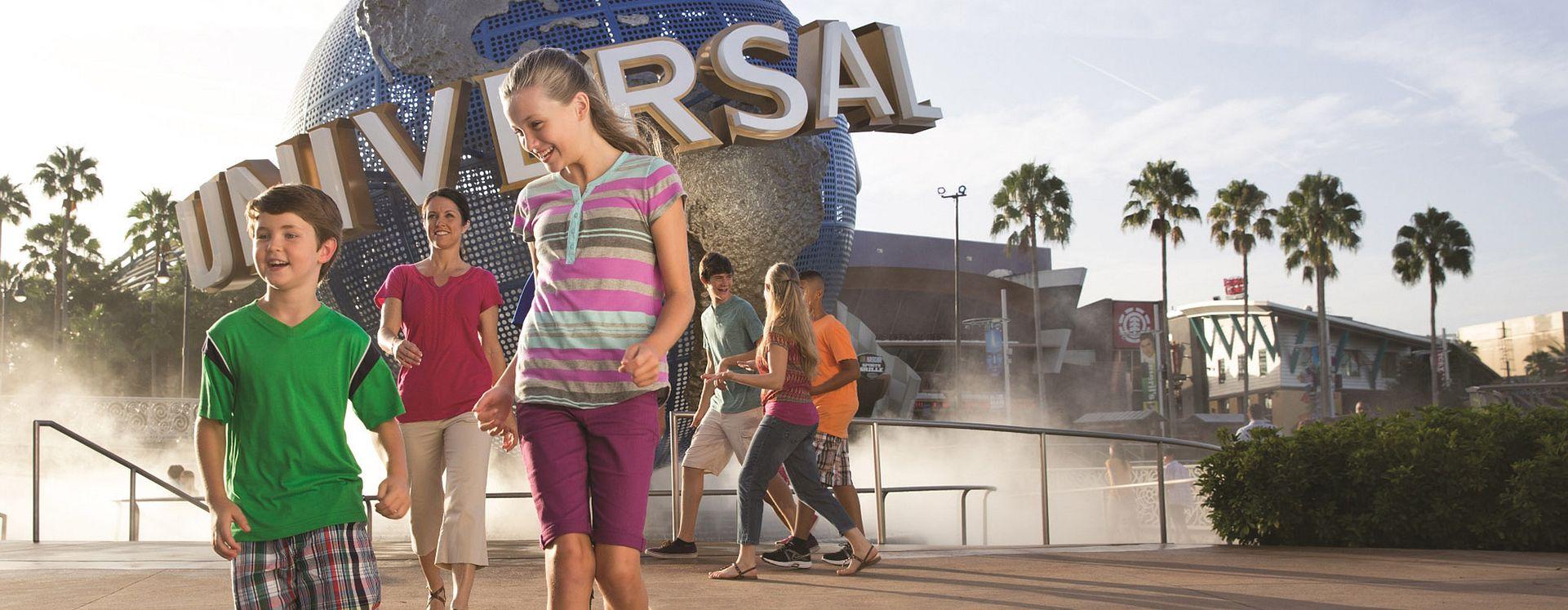 Familia frente al globo terráqueo del parque temático de Universal Orlando Resort.