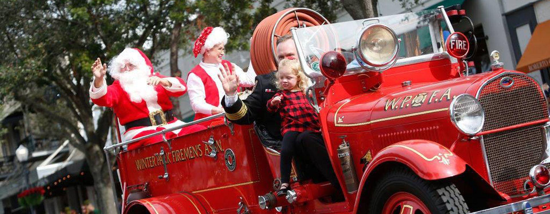 Santa monta um caminhão de bombeiros no desfile de Natal do Winter Park