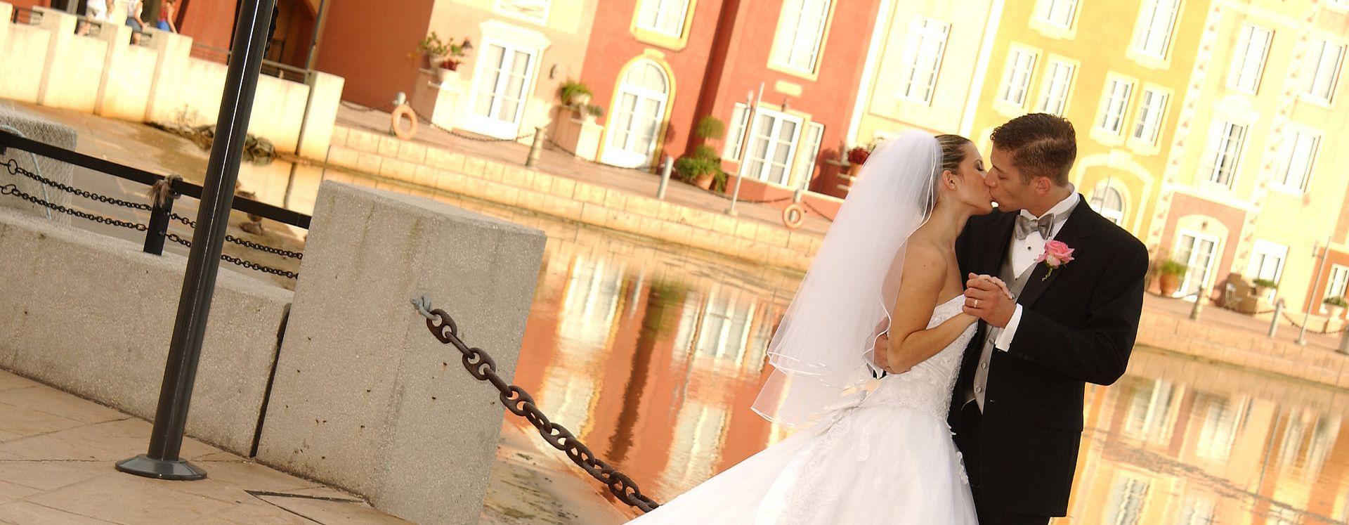 Una pareja besando en Loews Portofino Bay Hotel de Universal Orlando™