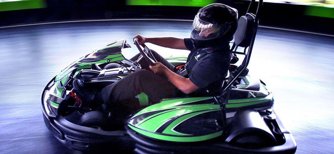 Pessoa dirigindo um kart em uma pista do Andretti Indoor Karting & Games em Orlando, Florida.