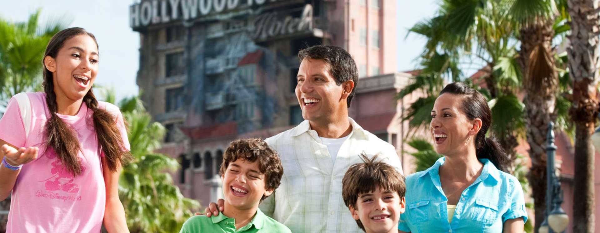 Família em frente à Torre de Hollywood do Terror no Disney's Hollywood Studios